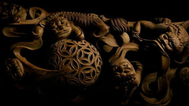 ドラゴンの生き物を渡す華やかな木製パネル - 骨董品点の映像素材/bロール