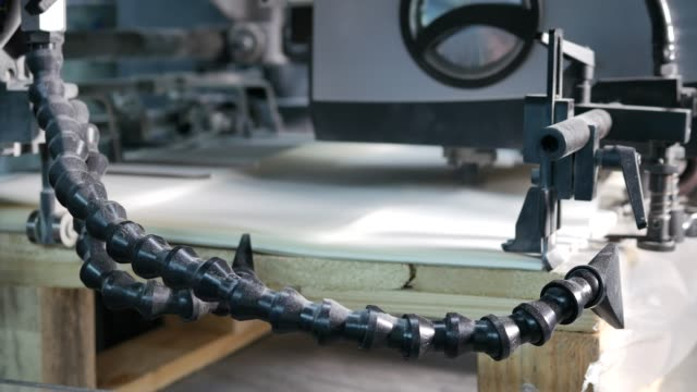 stockvideo's en b-roll-footage met witboek passeren door een machine in een fabriek van enveloppen, close-up - netherlands map