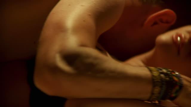 hd :dolly 情熱的なカップルのベッド - カップル点の映像素材/bロール
