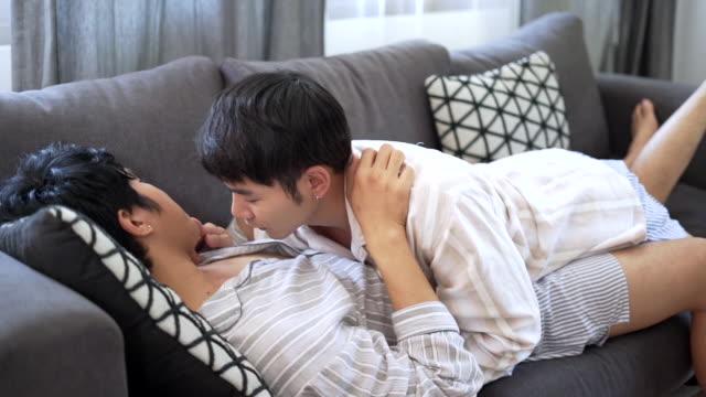 leidenschaftliche schwule paare liegend - gay man stock-videos und b-roll-filmmaterial