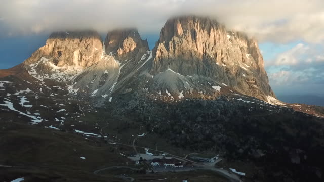 passo sella view point in dolomites, italy,4k time-lapse - таймлапс рассвета до наступления дня стоковые видео и кадры b-roll