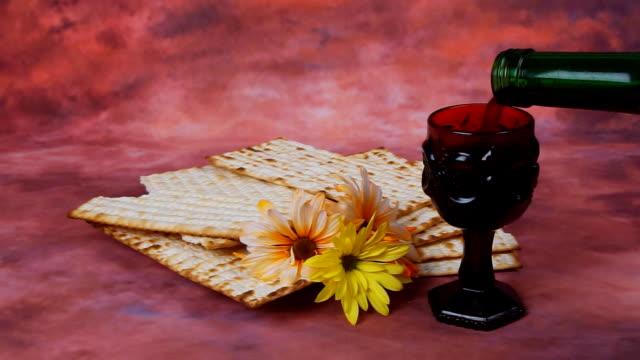 Fondo de Pascua. pan de vino y matzá festividad judía sobre tablero de madera - vídeo