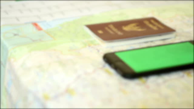 passeport et smartphone sur carte de voyage - Vidéo