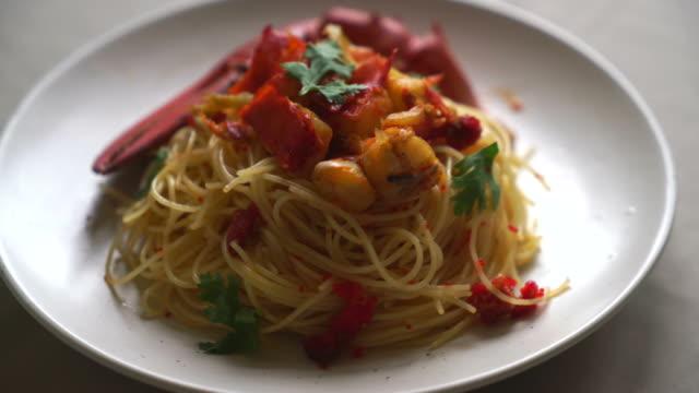 pasta all'astice or lobster spaghetti - granchio video stock e b–roll