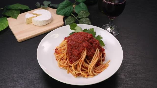 vidéos et rushes de pâtes appelées bolognese - spaghetti bolognaise