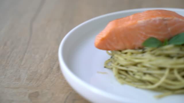 espaguete macarrão com pesto verde e salmão - vídeo