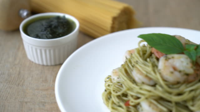 pasta spaghetti with pesto green and shrimps - соус стоковые видео и кадры b-roll