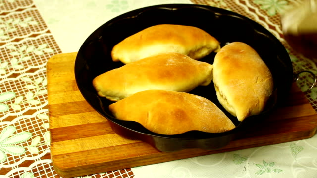 vídeos de stock e filmes b-roll de pastries in an oven. cabbage pies. - cultura russa
