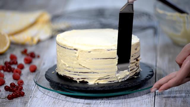 생 과자 요리사 케이크를 만든다. - cake 스톡 비디오 및 b-롤 화면