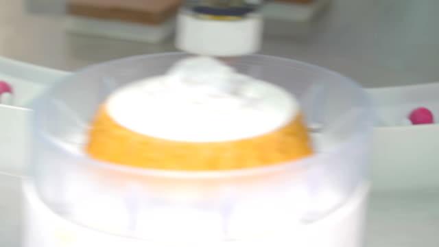 ein teig maschine aufsetzen der cupcake toppings - pflicht stock-videos und b-roll-filmmaterial