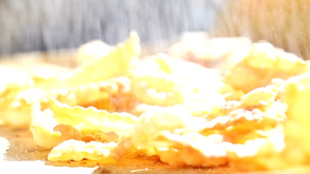 vídeos de stock, filmes e b-roll de despeje em crostoli açúcar de confeiteiro - antepasto
