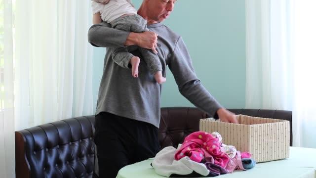 Licencia de paternidad. Un padre hace el lavadero - vídeo