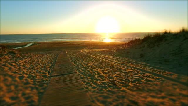 Voie vers la plage au coucher du soleil - 4K Hyperlapse - Vidéo
