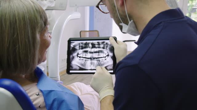 医療用レントゲンで議論する患者と歯科医 ビデオ