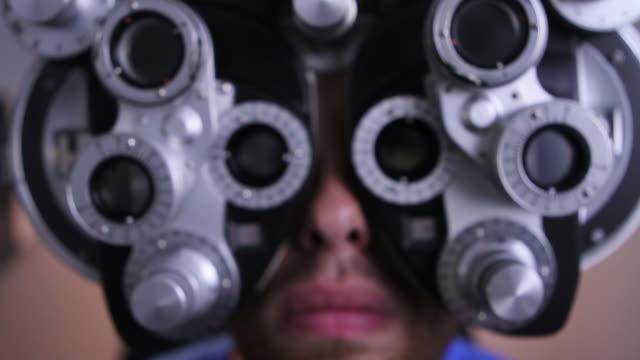 vidéos et rushes de patient dans un examen ophtalmologique - réfracteur