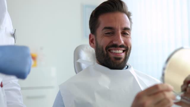 stockvideo's en b-roll-footage met patiënt bij de tandarts - mirror mask