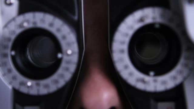 vidéos et rushes de médecin patient à l'oeil - réfracteur