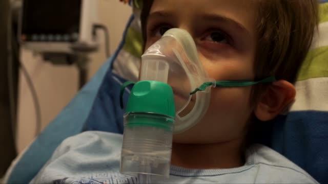 junge patienten - sauerstoff stock-videos und b-roll-filmmaterial