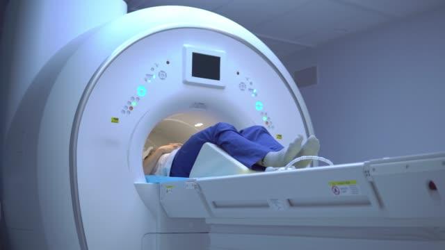 patient during magnetic resonance imaging - zabieg medyczny filmów i materiałów b-roll