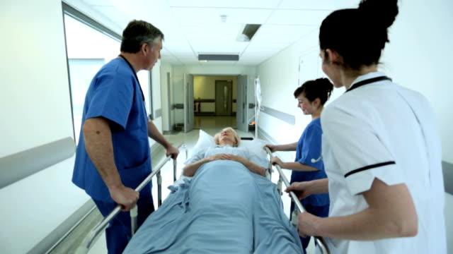 Paciente Cama de Hospital se mueven por el personal médico cámara lenta - vídeo