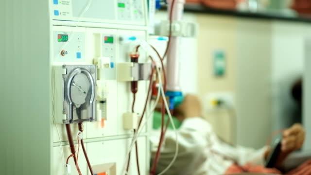 vídeos de stock, filmes e b-roll de tratamento de doentes renais por equipamento de diálise avançado - diálise