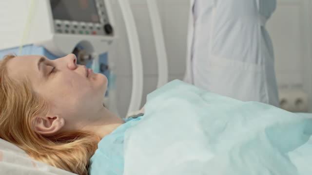stockvideo's en b-roll-footage met patiënt ontvangende zuurstofmasker - ventilator bed