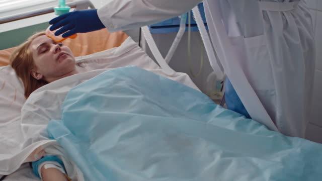 stockvideo's en b-roll-footage met patiënt die zuurstoftherapie ontvangt - ventilator bed