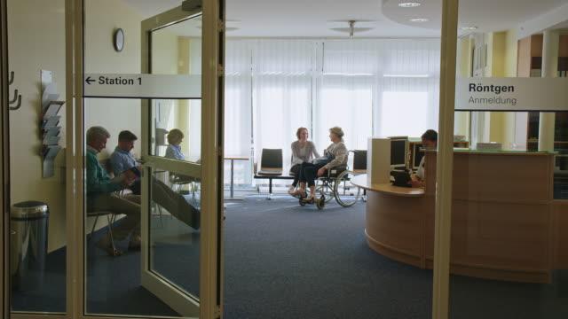 hastanede bekleme odasında oturan hastalar - tıbbi klinik stok videoları ve detay görüntü çekimi