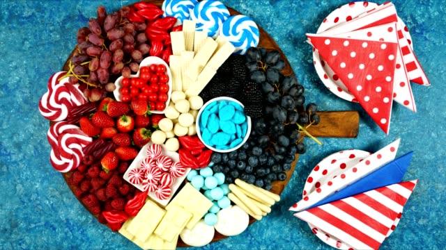 애국적 레드, 화이트, 블루 샤커테리 디저트 방목 플래터. - columbus day 스톡 비디오 및 b-롤 화면