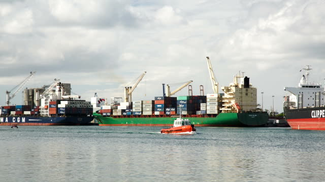 patrol barca nel porto di port louis - isole mauritius video stock e b–roll