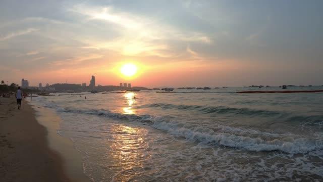 pattaya strand bei sonnenuntergang. - strand pattaya stock-videos und b-roll-filmmaterial