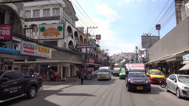 pattaya biltur på gatan pattayan. människor, bilar, affärer, reklamskyltar. - kungen av thailand bildbanksvideor och videomaterial från bakom kulisserna
