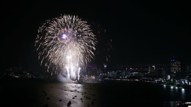 vídeos de stock e filmes b-roll de pattaya international fireworks festival 2018 - jogos internacionais