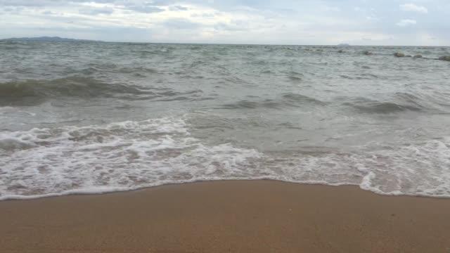 vídeos y material grabado en eventos de stock de mar de pattaya de tailandia - embarcadero