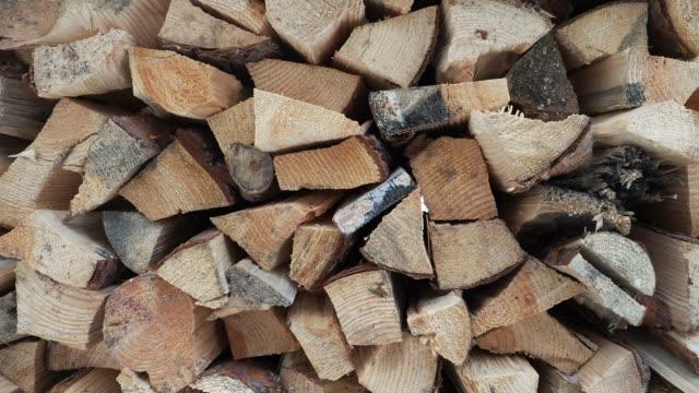 ein holzmuster, das in einem holzstapel gestapelt ist, bewegt sich sanft nach rechts. - brennholz stock-videos und b-roll-filmmaterial