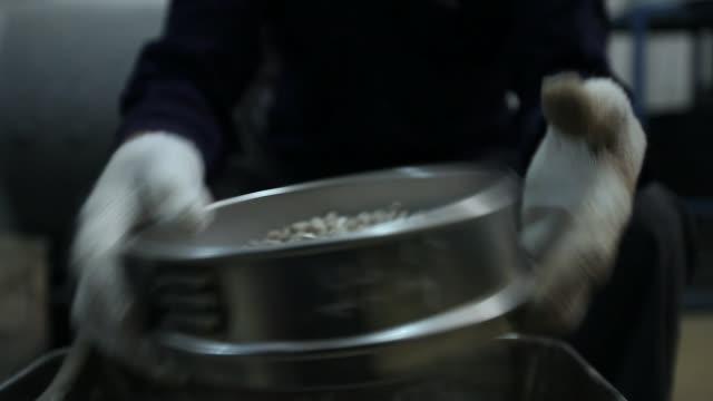 vídeos de stock e filmes b-roll de paving materials laporatory - alfalto