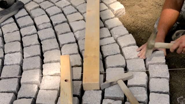 pflasterstein - stein baumaterial stock-videos und b-roll-filmmaterial