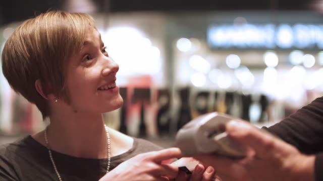 vidéos et rushes de payer facture café - relation client