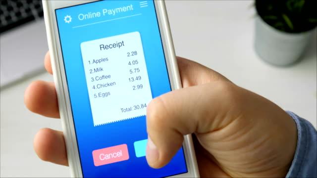 スマート フォンでモバイル アプリケーションを使用して食料雑貨品店からの請求書の支払い - クレジット決済点の映像素材/bロール