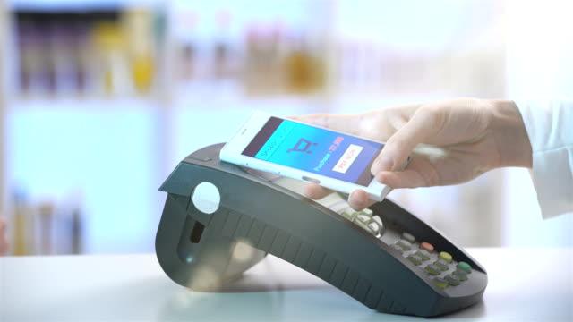 nfc 技術を使ったスマートフォンでの支払い - 支払い点の映像素材/bロール