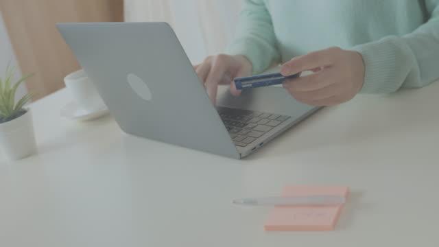 vídeos de stock, filmes e b-roll de pagando com cartão de crédito online - costumer