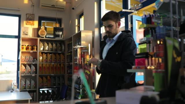 paying with credit card - заправляться стоковые видео и кадры b-roll
