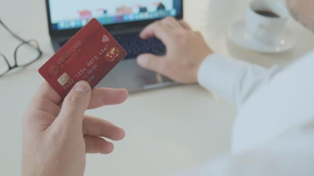 vídeos de stock, filmes e b-roll de pagando com cartão de crédito premium online - costumer