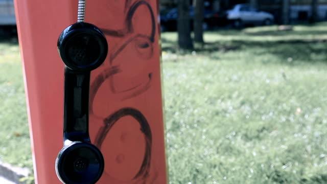 vídeos y material grabado en eventos de stock de receptor de teléfono público en el espacio, llamada inconclusa, asunto penal - imperfección