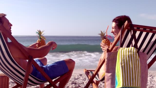 spokojnej para pitnej koktajl ananasowy - 30 39 lat filmów i materiałów b-roll