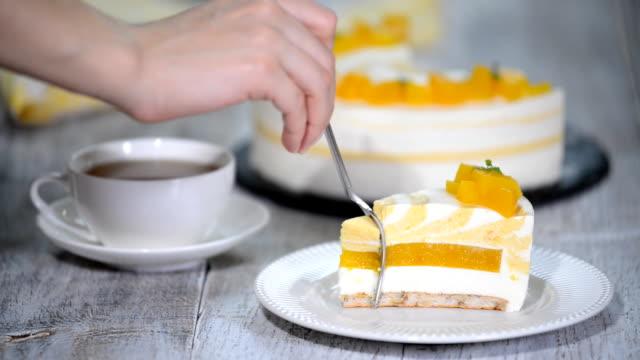 vídeos y material grabado en eventos de stock de torta de mousse de melocotón acompañado de duraznos. - suflé