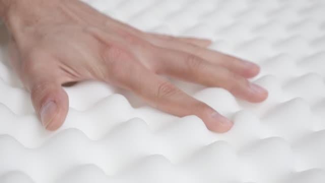 vídeos de stock e filmes b-roll de peak and valley memory foam mattress checking slow-mo 1080p hd video - orthopedic exaggerated inspecting design quality 1920x1080 fullhd  footage - suavidade