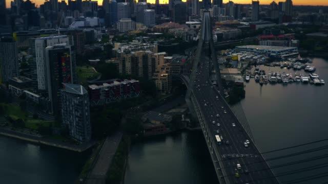 피크 시간 및 러시 아워 소통량 시내 지역으로 일시 중단 된 다리를 통해 여행. 강 다리 아래입니다. - 시드니 뉴사우스웨일스 스톡 비디오 및 b-롤 화면