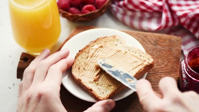 stockvideo's en b-roll-footage met pindakaas op toast - geroosterd brood