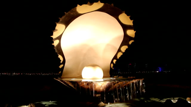 pearl fountainn in doha, qatar - paesi del golfo video stock e b–roll